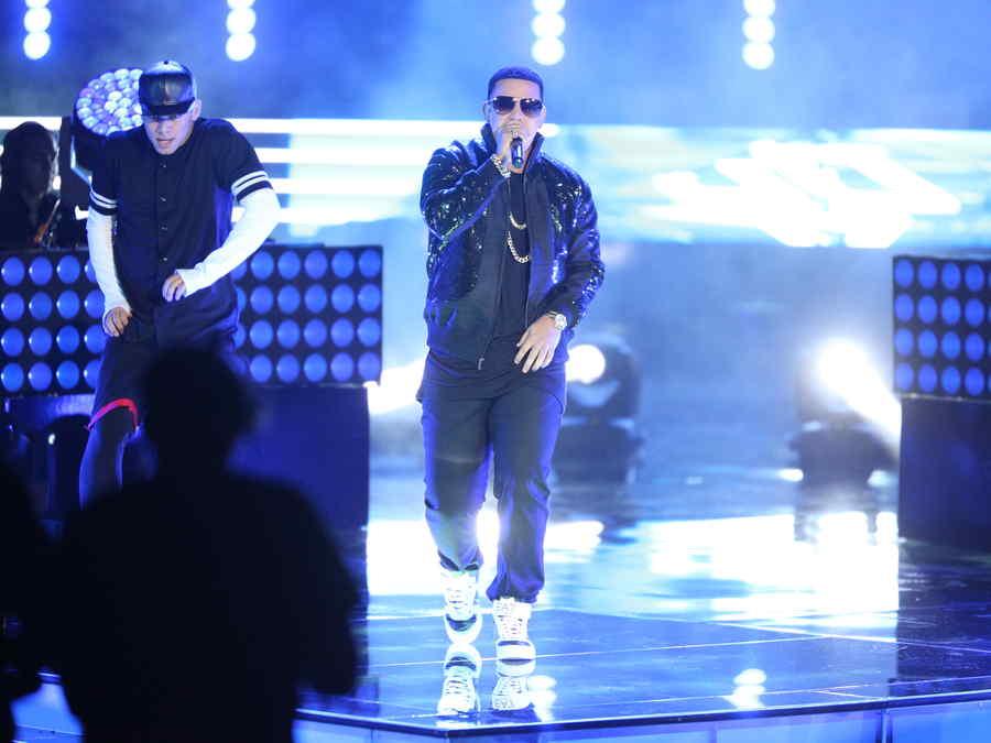 Daddy Yankee canta sigueme y te sigo en el escenario de la voz kids