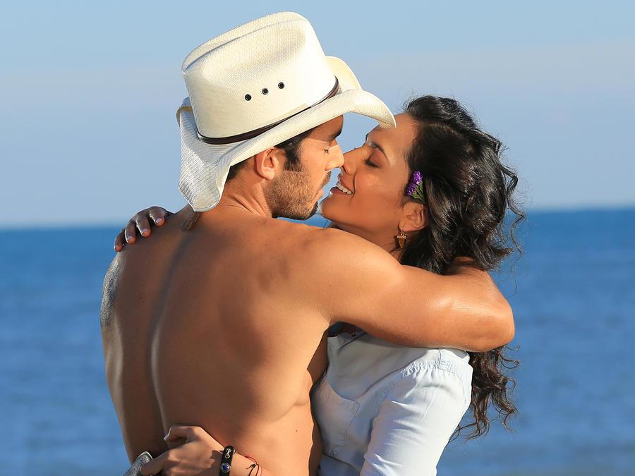 Arturo Gallardo y Sofía del Junco en la playa, Tierra de Reyes