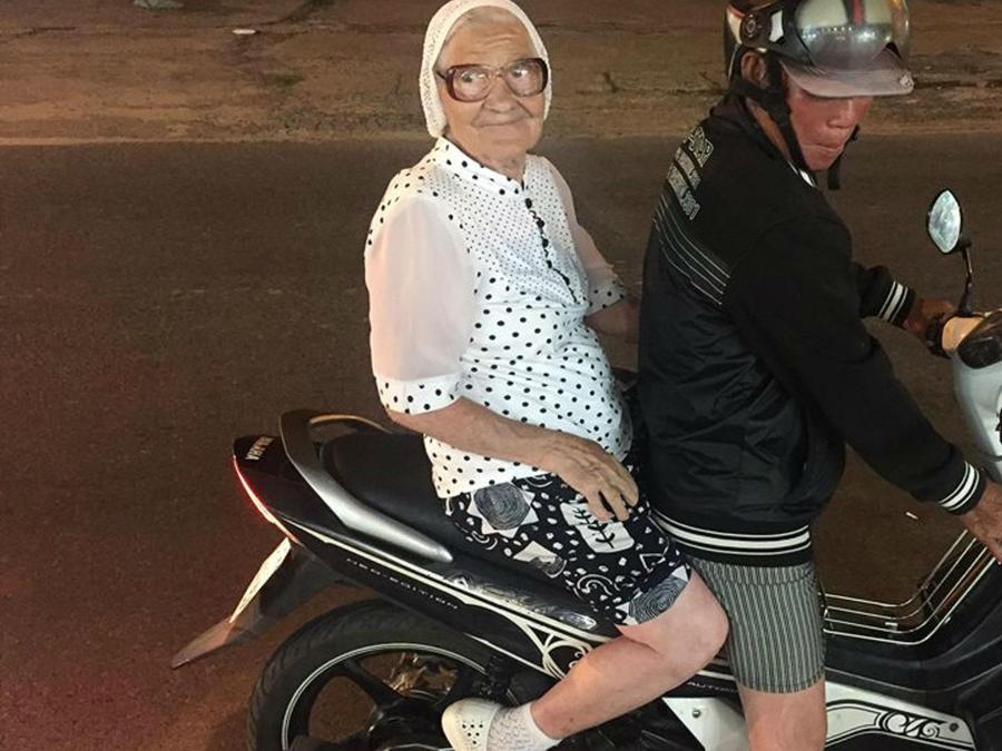 Abuela Lena montada en una moto