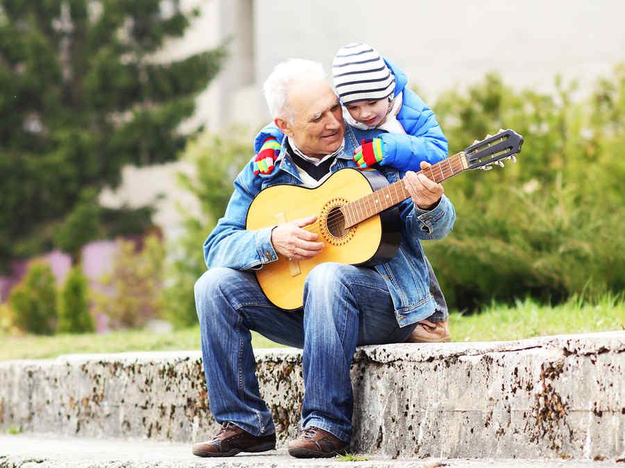 abuelo tocando guitarra