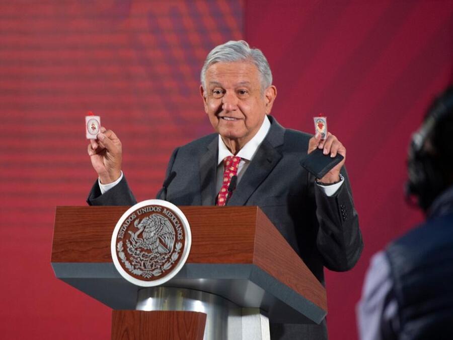 El presidente mexicano, Andrés Manuel López Obrador, presumió en marzo de 2020 que se sentía protegido contra el COVID-19 gracias a amuletos, que incluyen escapularios católicos.