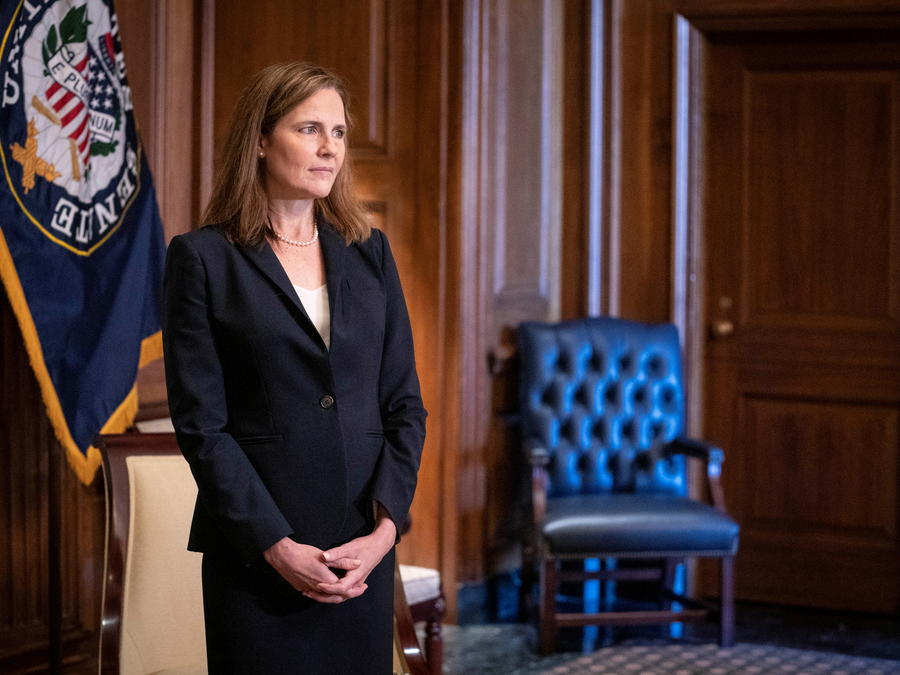 Amy Coney Barrett se reúne con el senador James Lankford, republicano de Oklahoma.