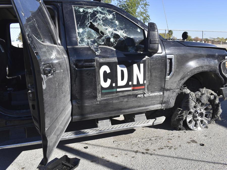 Una camioneta baleada, marcada con las siglas del Cártel del Noroeste, el domingo tras el tiroteo entre el narco y fuerzas de seguridad en Villa Unión.