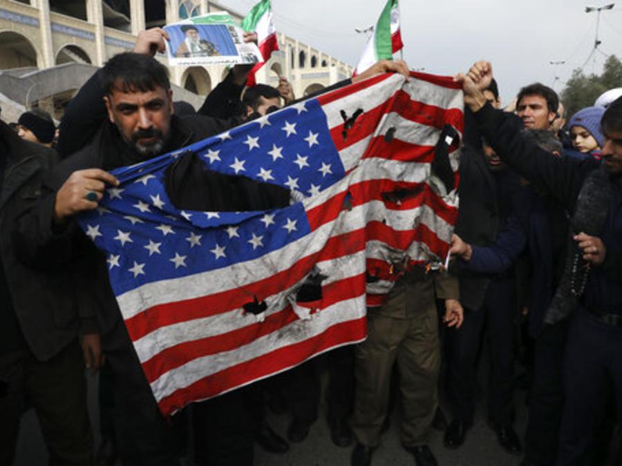 Manifestantes en Irán queman una bandera de EE.UU. en protesta al ataque con drones que mató al líder militar iraní Qassem Soleimani.