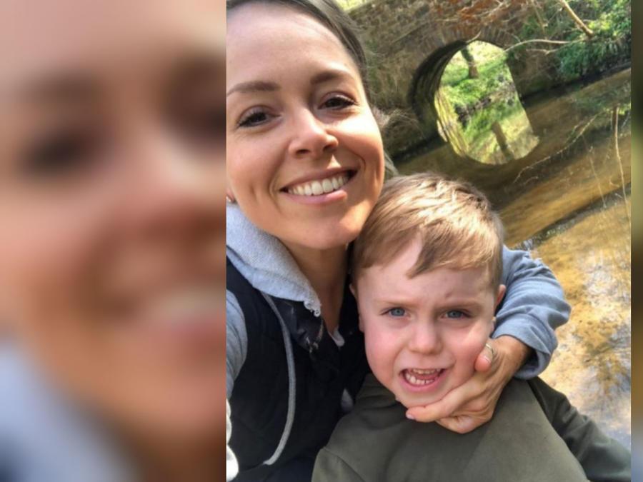 Beth Pattison y su hijo, Finn