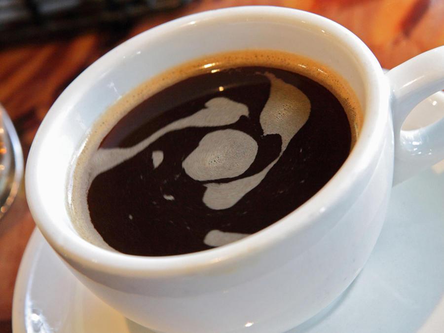 Una empleada envenenaba el café que otros tomaban