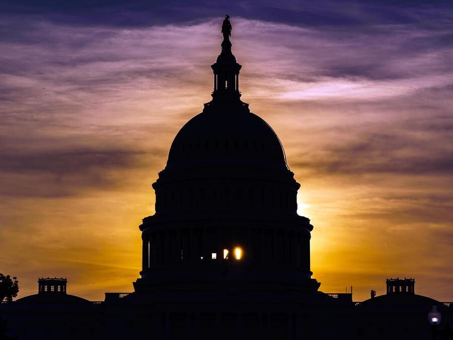 El sol sale detrás del Capitolio.