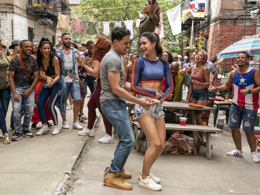 """En esta imagen difundida por Warner Bros. Picures, aparecen los actores protagónicos Anthony Ramos y Melissa Barrera en una escena de """"In the Heights""""."""