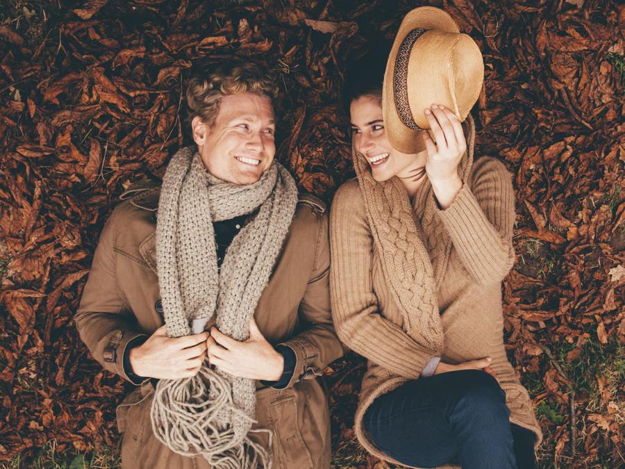 Pareja enamorada en otoño