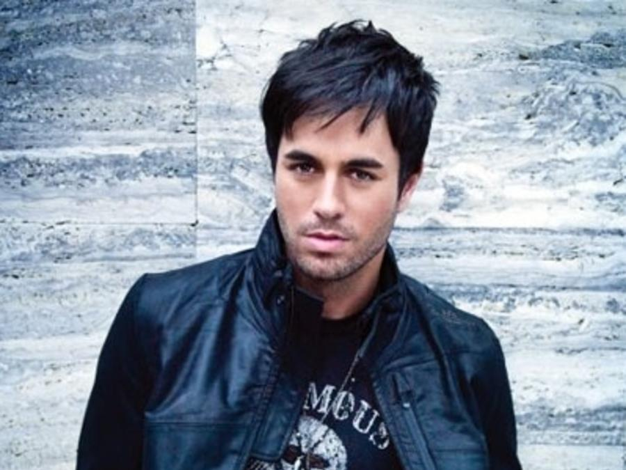 Enrique Iglesias modelando en una foto promocional
