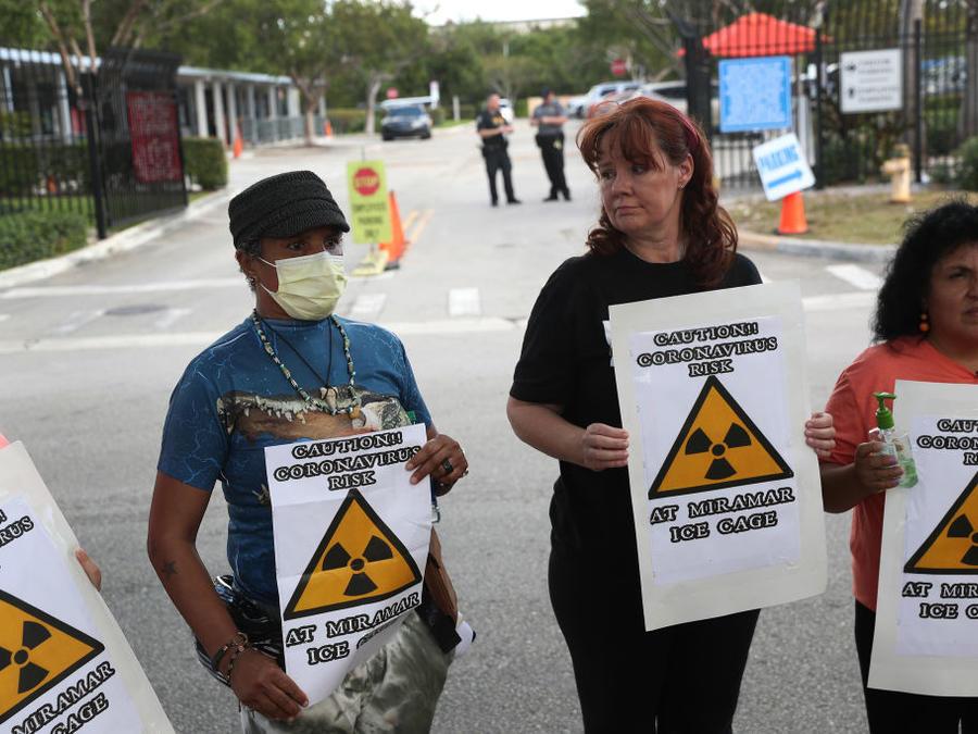 """""""Cuidado: peligro en la celda de Miramar"""", se lee en la pancarta de una protesta el pasado 13 de marzo en Florida."""