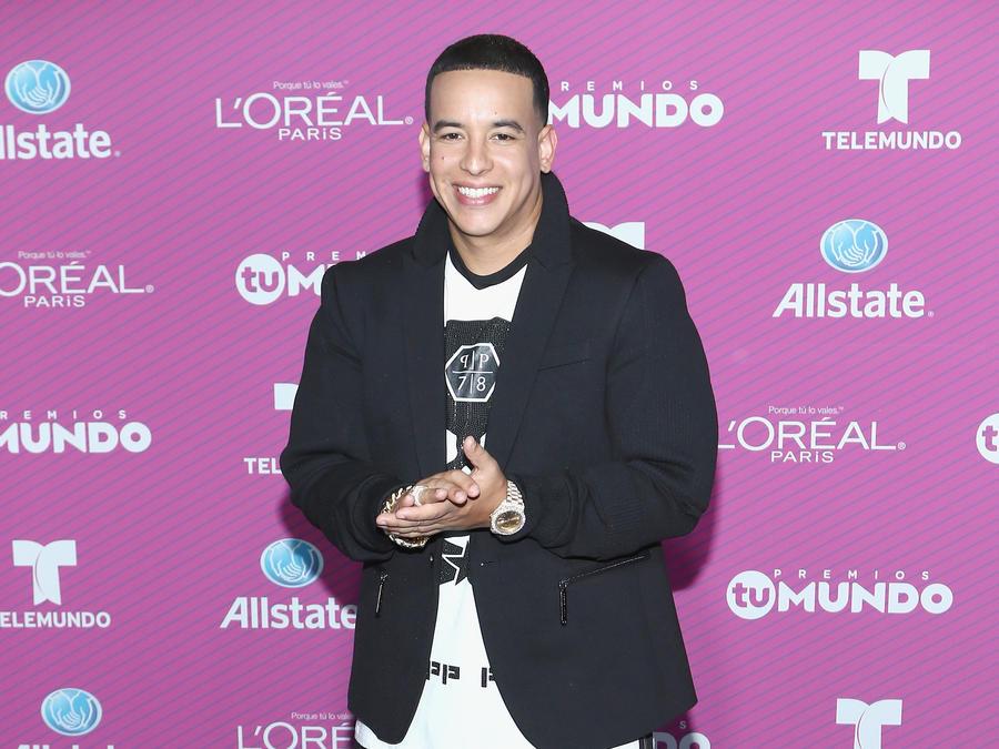 Daddy Yankee on the blue carpet of Premios Tu Mundo 2015