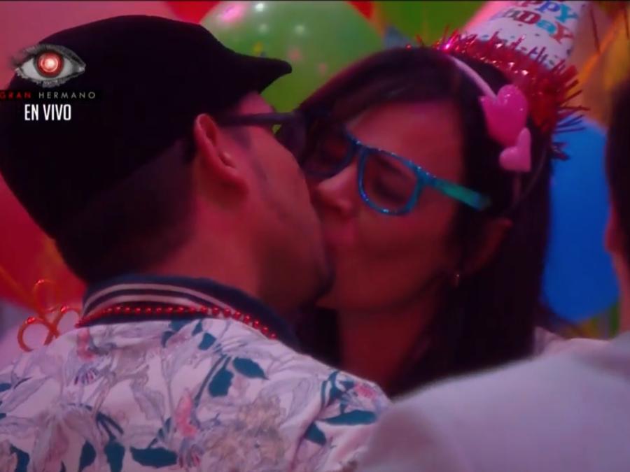 El beso de Agustín y Jommart en la casa de Gran Hermano