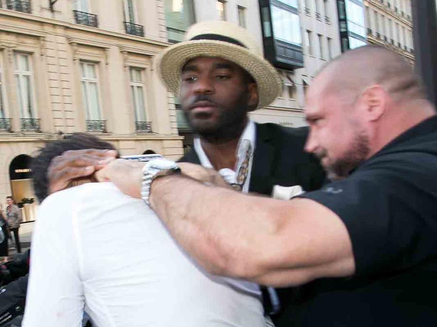 Guardaespaldas agarra a Vitalii Sediuk en París