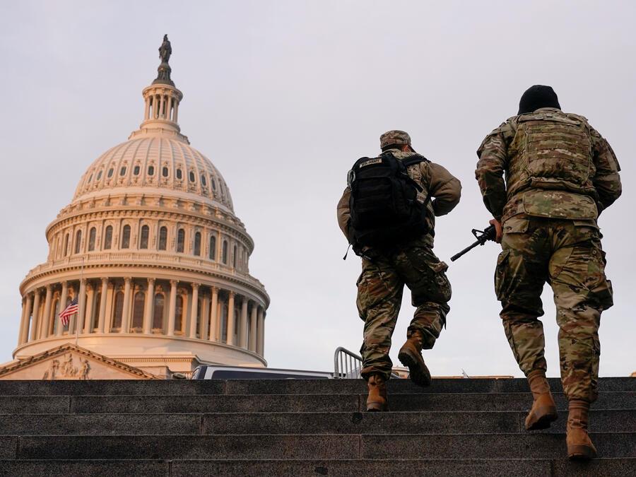 Dos efectivos de la Guardia Nacional, este sábado cerca del Capitolio en Washington D.C.
