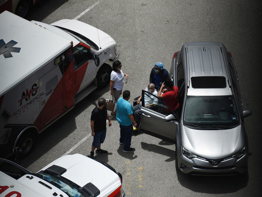 Una enfermera recoge a un paciente en el parking del Hospital Metodista de Houston