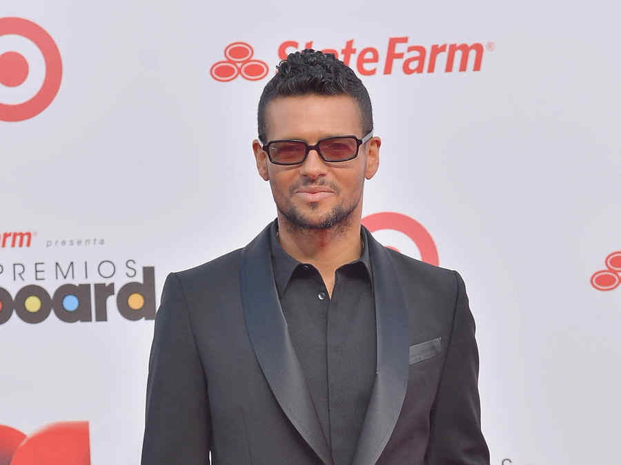 Robi Draco Rosa llegando a los Billboard Latin Music Awards 2013 en el Bank United Center