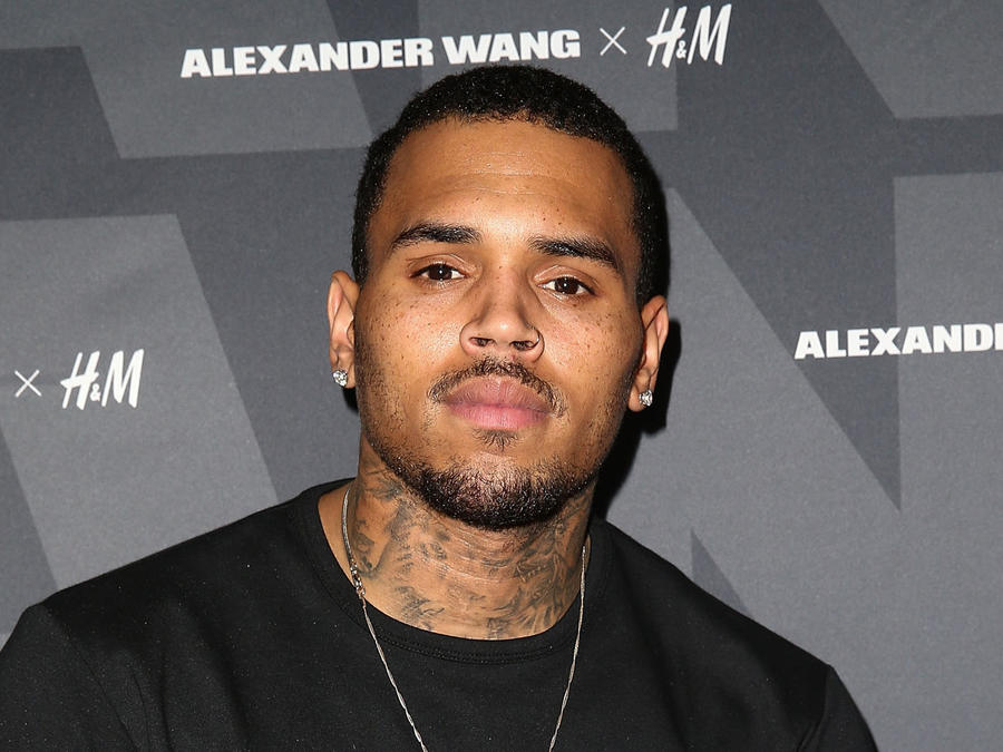 Chris Brown posando en la alfombra de Alexander Wang x H&M Pre-Shop Party