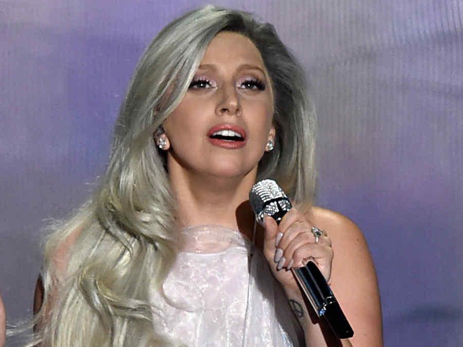 Lady Gaga con cabello gris durante los premios Oscar 2015