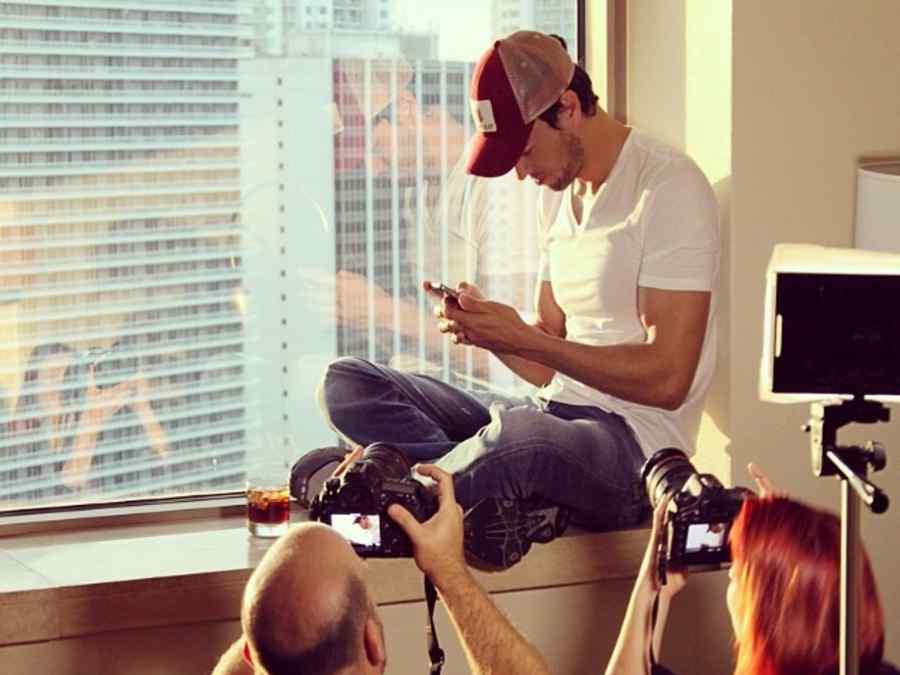 Enrique Iglesias mirando su telefono