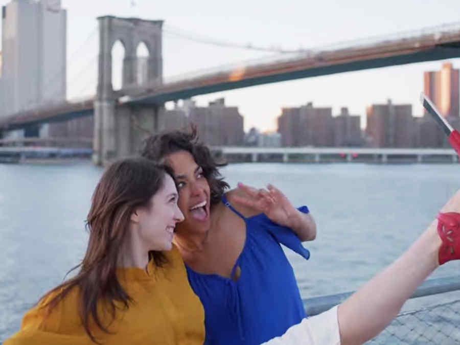 mujeres se toman un selfie con un zapato