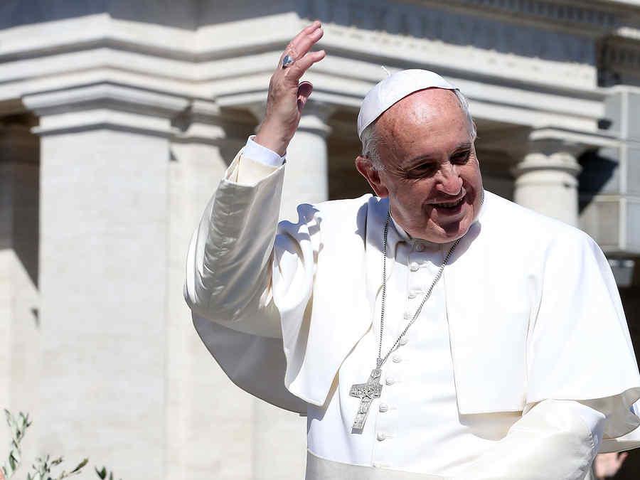 papa saluda en el vaticano