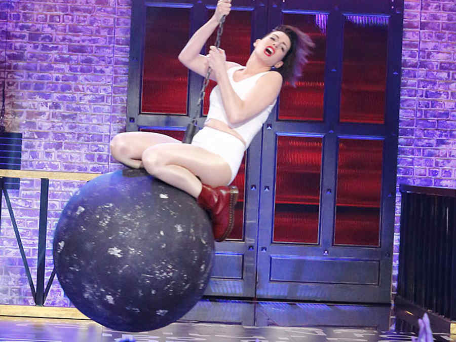 Anne Hathaway imita video de Miley Cyrus en Lip Sync Battle