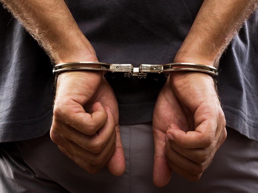 Hombre arrestado con esposas