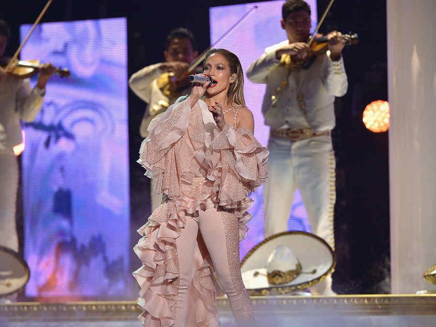 Jennifer Lopez durante su tributo a Selena en los premios Billboard 2015