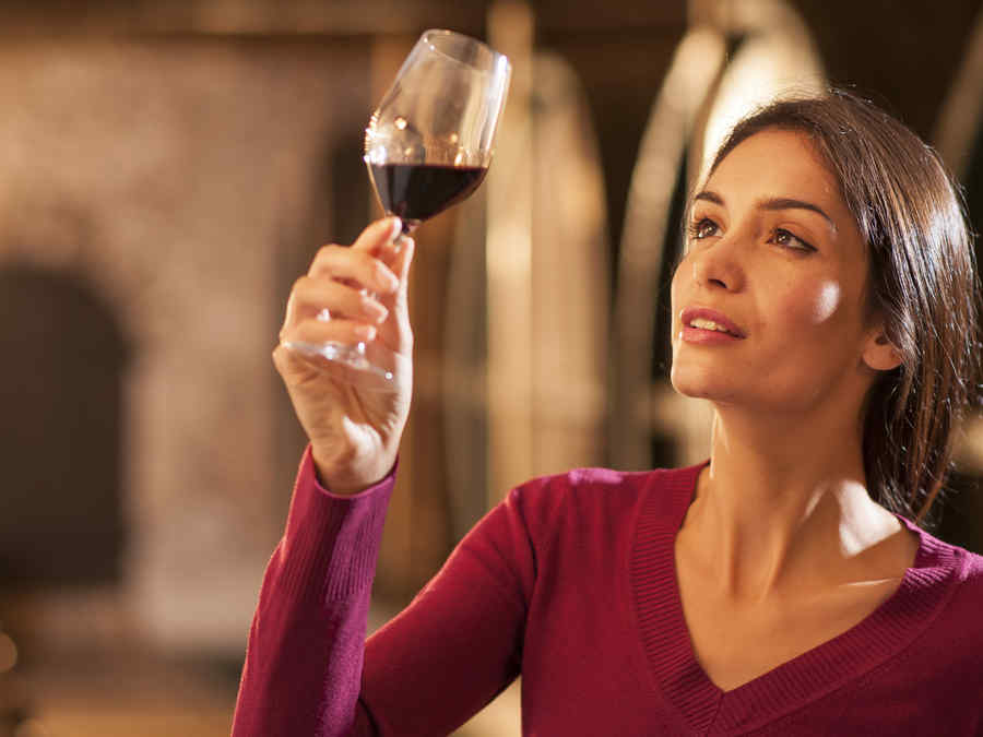 Mujer mirando una copa de vino