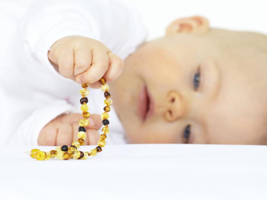 Bebé con collar de ambar