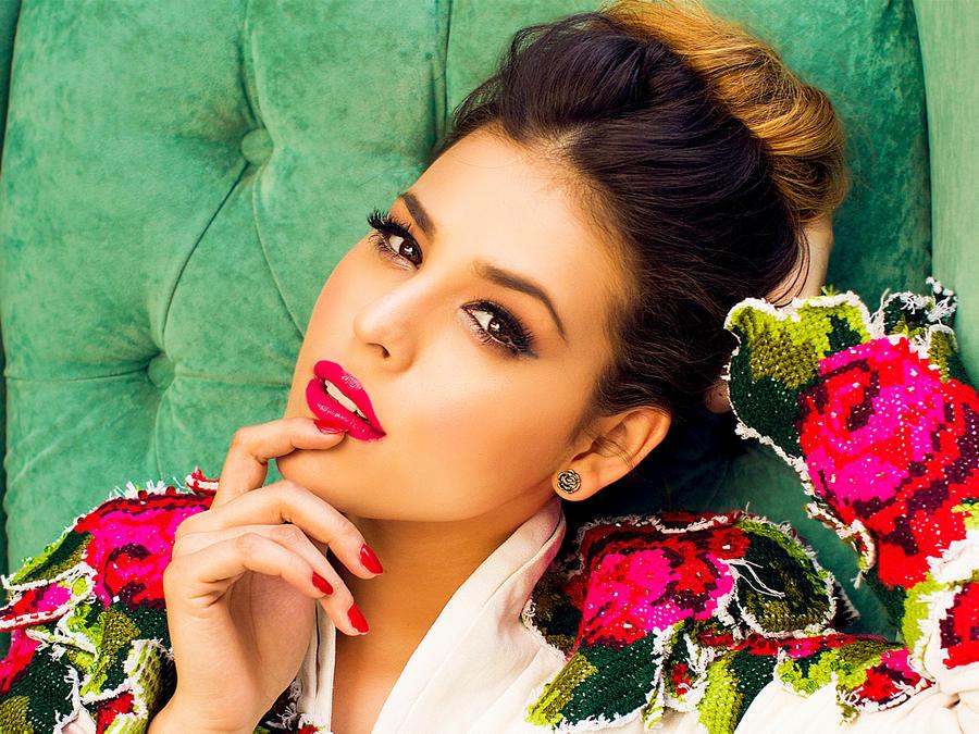 Danna Paola con traje floreado