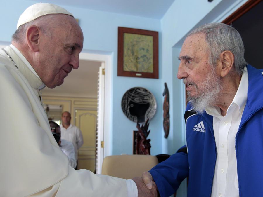 El papa Francisco saluda a Fidel Castro a quien visitó en su residencia en La Habana, Cuba el 20 de septiembre del 2015