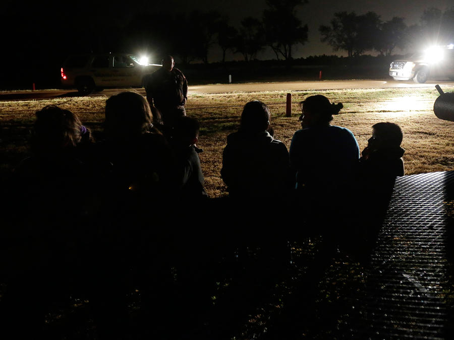 Familias indocumentadas detenidas por al patrulla fronteriza en Texas tras cruzar ilegalmente la frontera en Junio del 2014