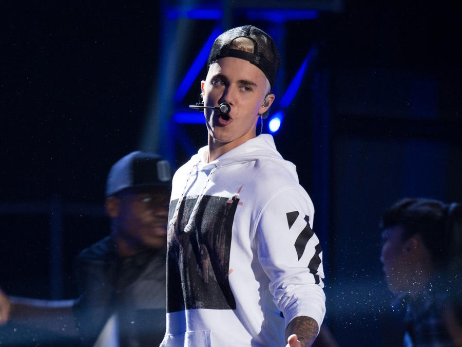 Justin Bieber cantando en evento benéfico de  la cadena ABC