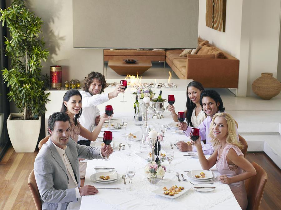 Amigos cenando en casa