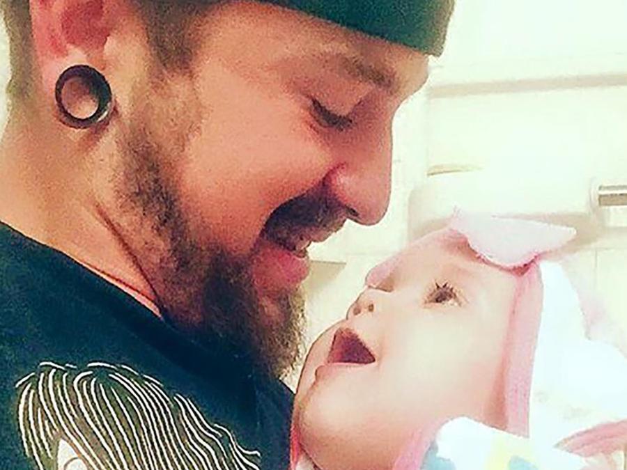 richard johnson sosteniendo a su hijita persephone