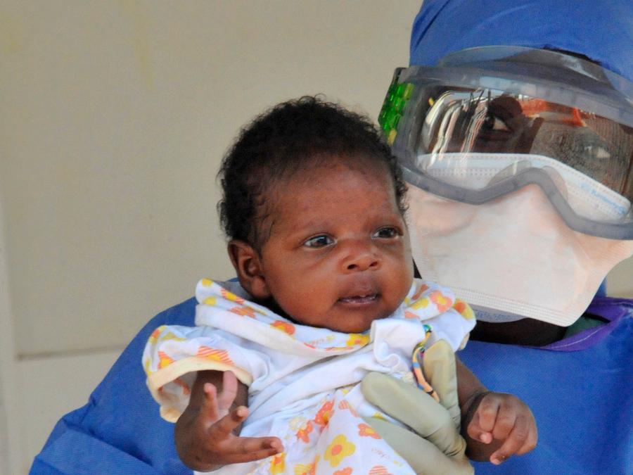Doctor presenta a Noubia, paciente con Ebola