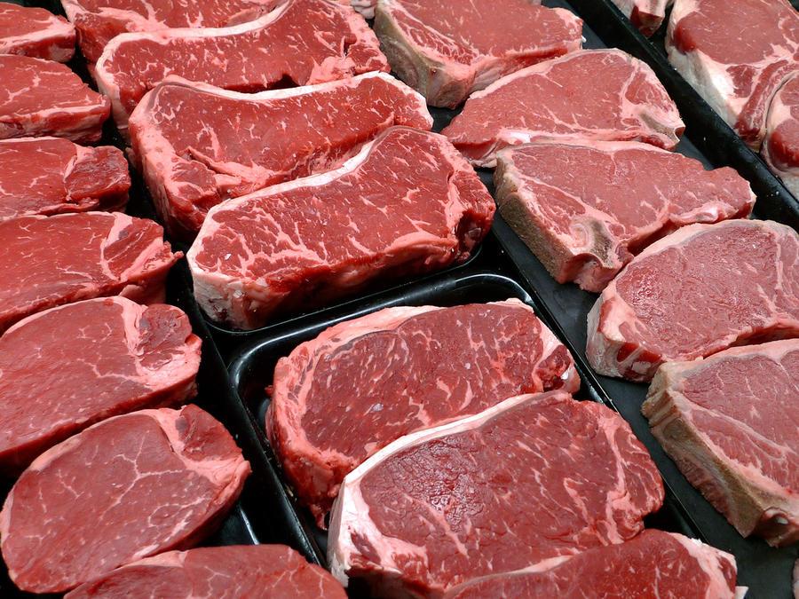 En esta foto de archivo del 18 de enero de 2010, filetes y otros cortes de carne se despliegan para su venta en una tienda en McLean, Virginia.