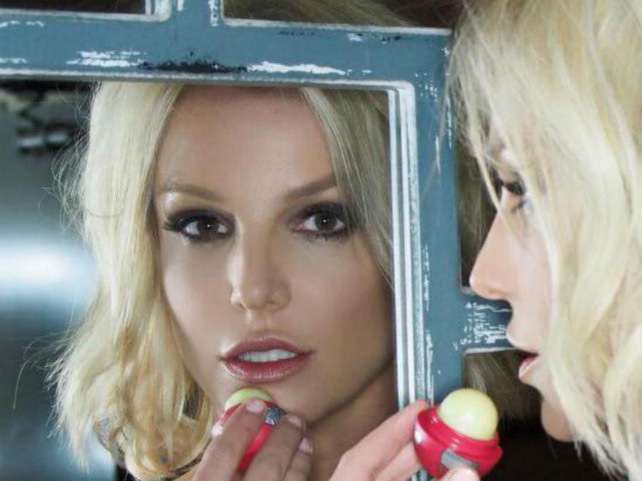 Britney Spears usando el bálsamo EOS