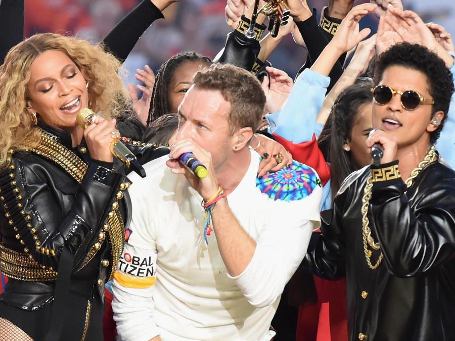 Beyonce, Chris Martin de Coldplay y Bruno Mars en el show de medio tiempo del Super Bowl 50