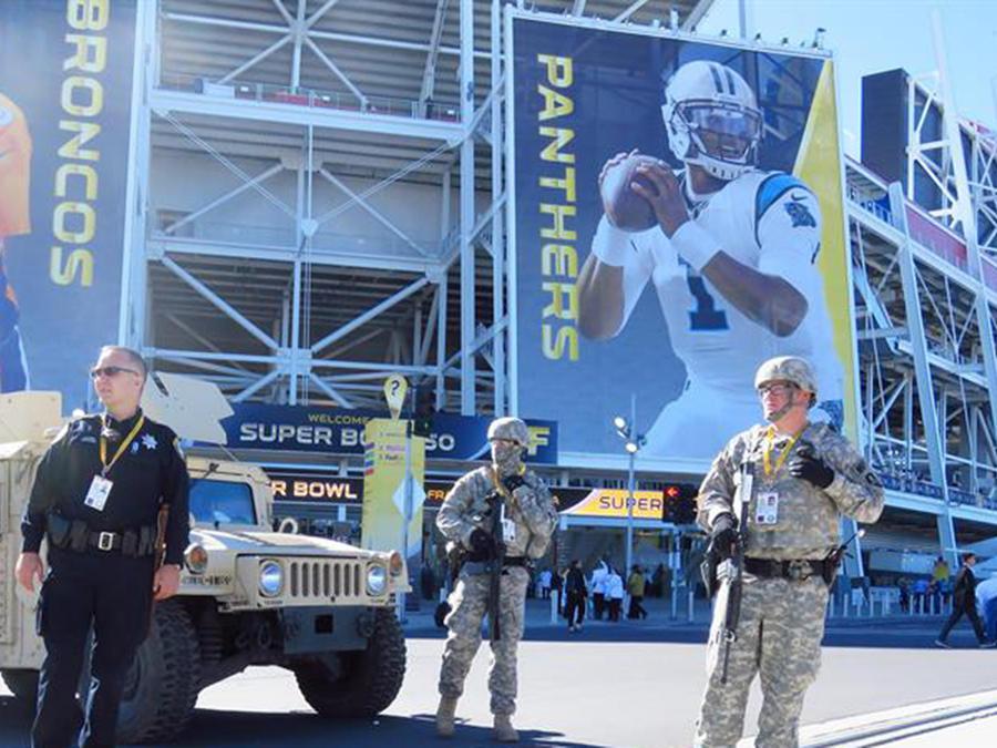 Policía y militares cuidan de la seguridad de los jugadores y fanáticos en el Super Bowl número 50 en California