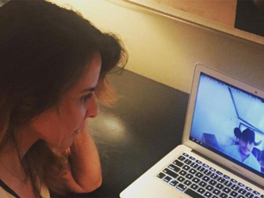 Kate del Castillo viendo video de El Mustang de la Sierra