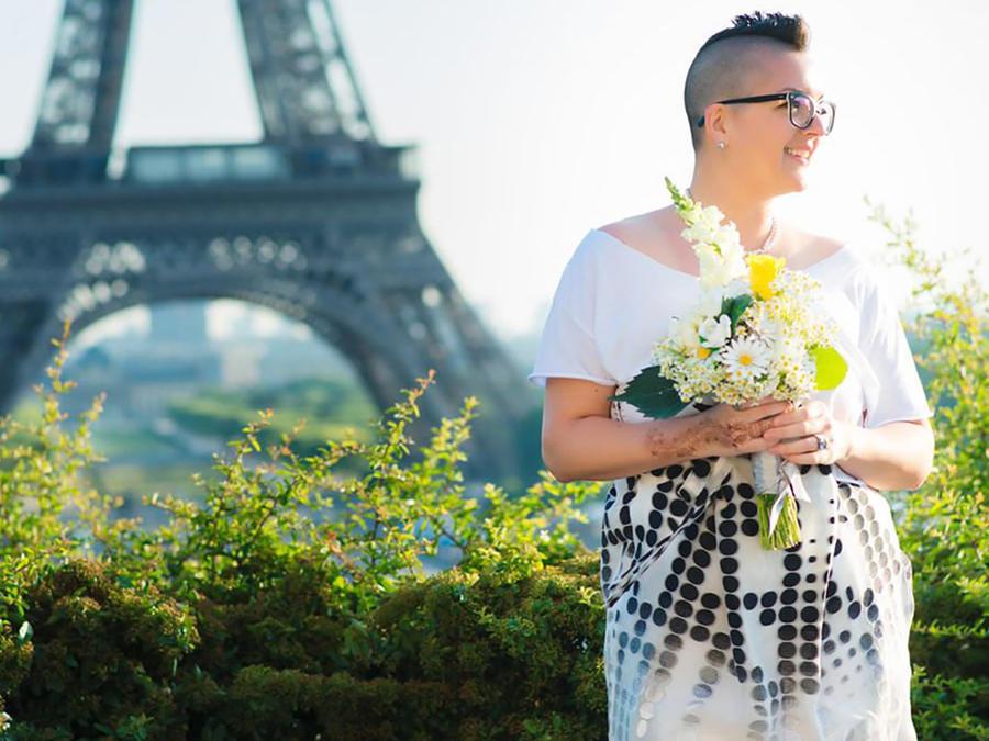 Beautiful Existence frente a la Torre Eiffel