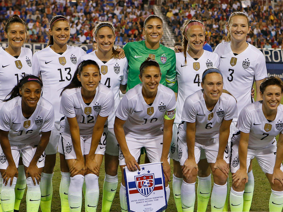 La Selección de Fútbol de Mujeres de EEUU posa antes de un partido con Alemania en Boca Ratón, Florida el 9 de Marzo del 2016