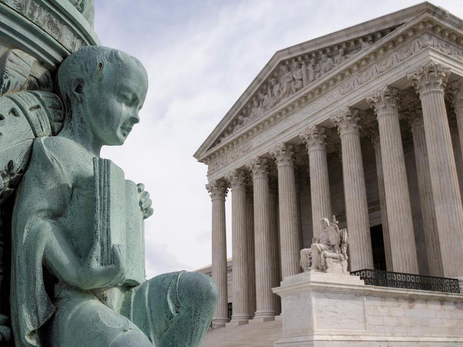 Vista del edificio de la Corte Suprema en Washington el 14 de abril del 2016. El 4 de abril la Corte Suprema avaló unánimemente los mapas electorales que refuerzan la influencia política creciente de los hispanos estadounidenses