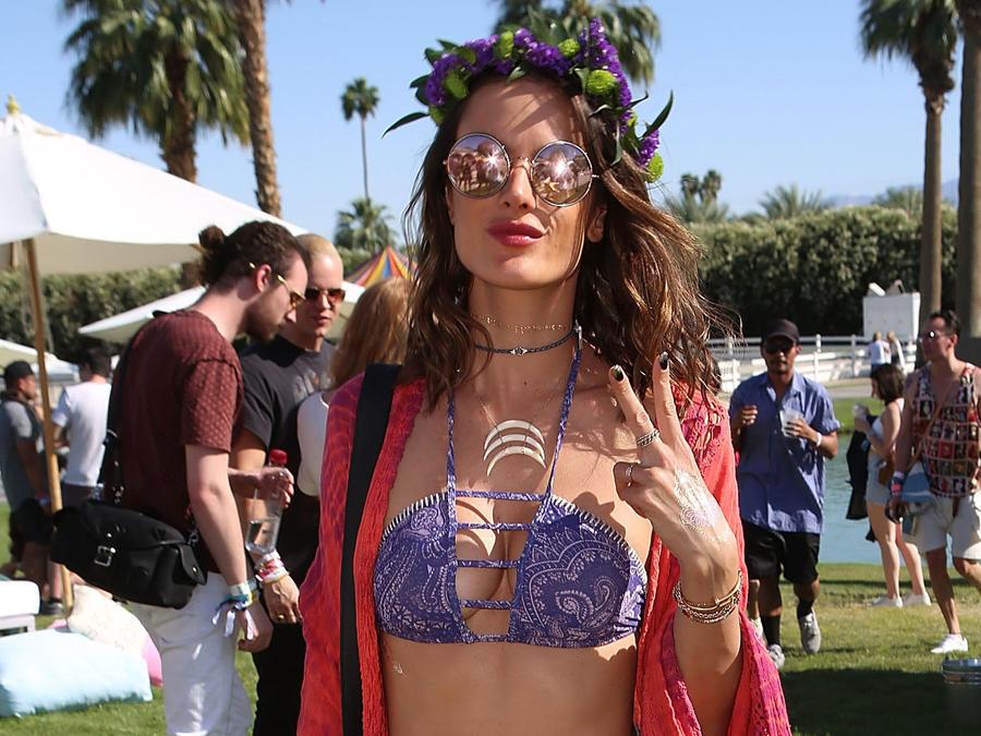 Alessandra Ambrosio con bikini y gafas de sol en Coachella 2016