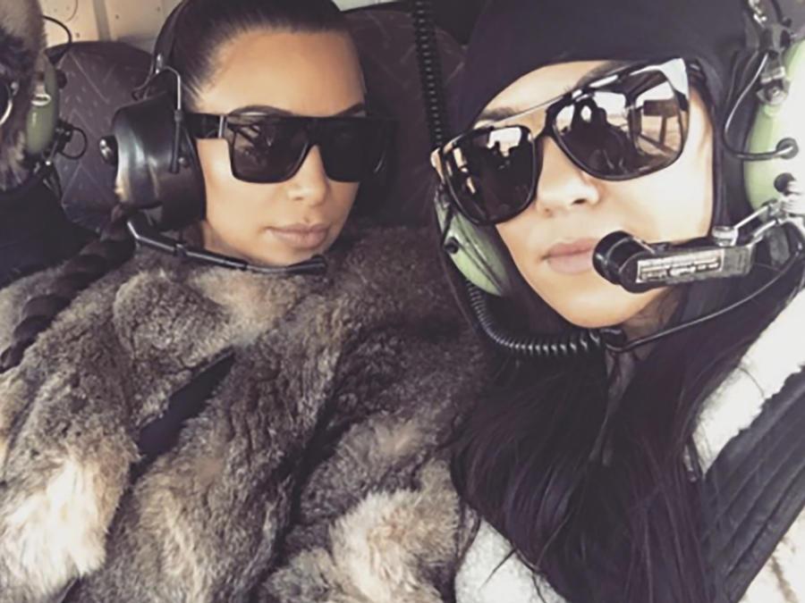 Kim y Kourtney Kardashian en un helicóptero con un amigo