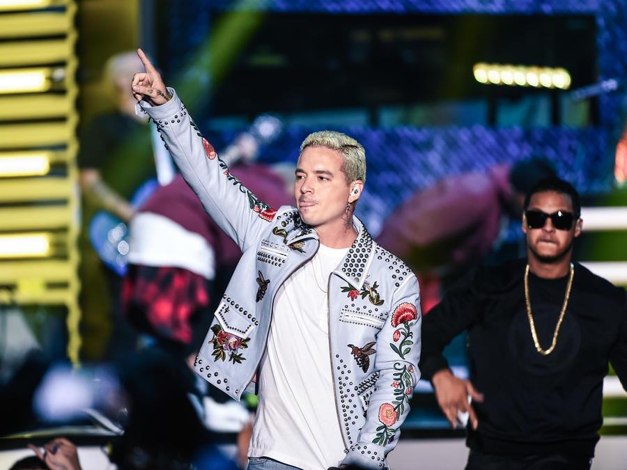 J Balvin y Fuego cantando en Premios Billboard 2016