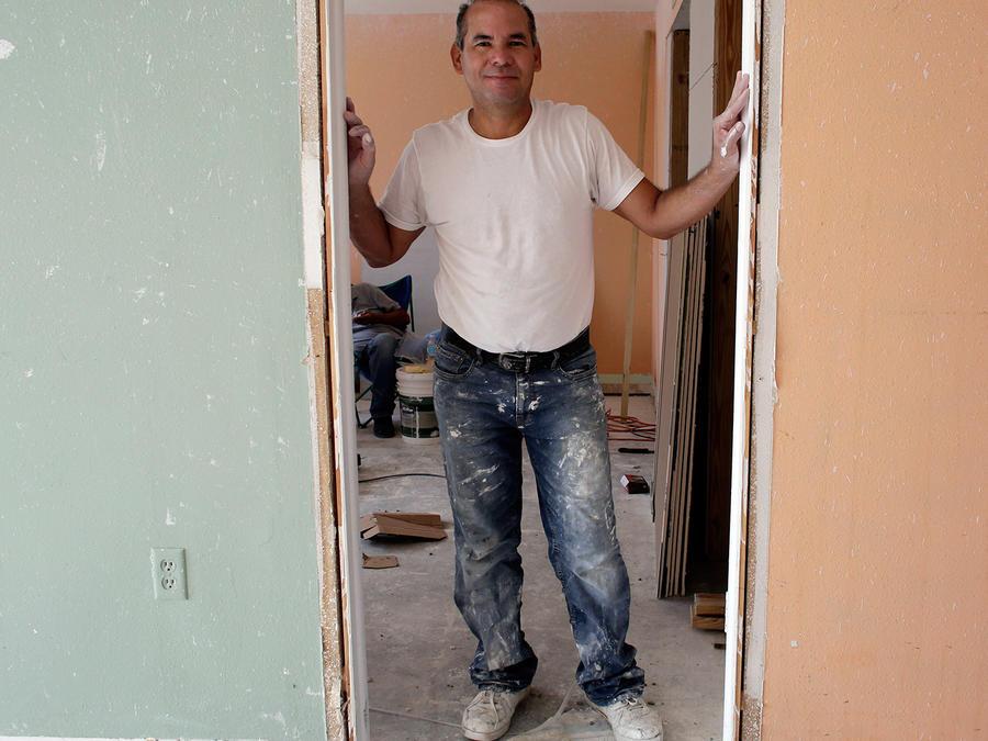 En esta imagen del lunes 25 de abril de 2016, Edgar Ospina, de 50 años, posa para una foto en el apartamento que está reformando en Miami Beach, Florida.
